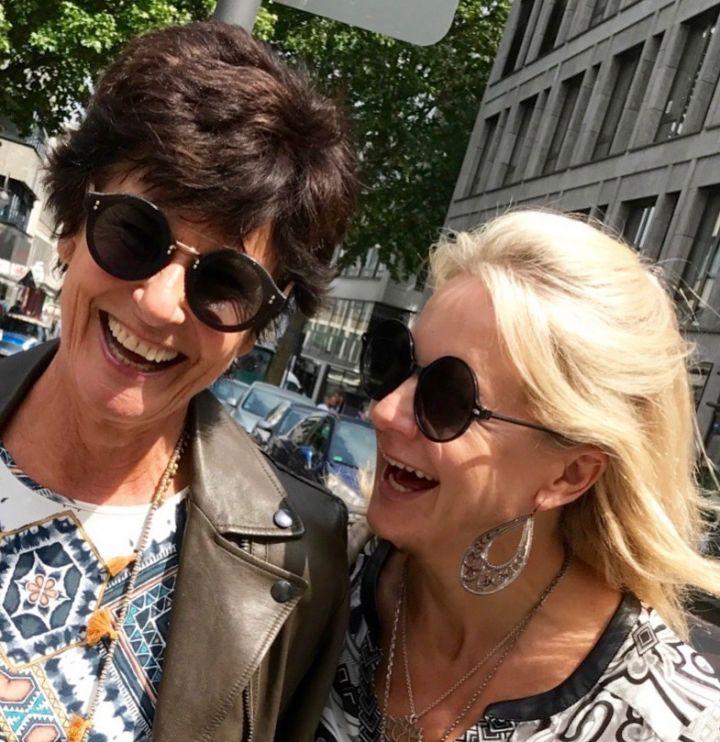 Bibi Horst mit ihrer Freundin in der Kölner City, Spaß muss sein in den tollen Schokoladenjahren.