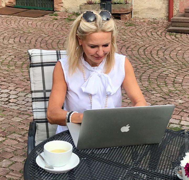 Bibi Horst schreibt an ihrem neuen Buch Schokoladenjahre, was hoffentlich Ende des Jahres erscheinen wird.