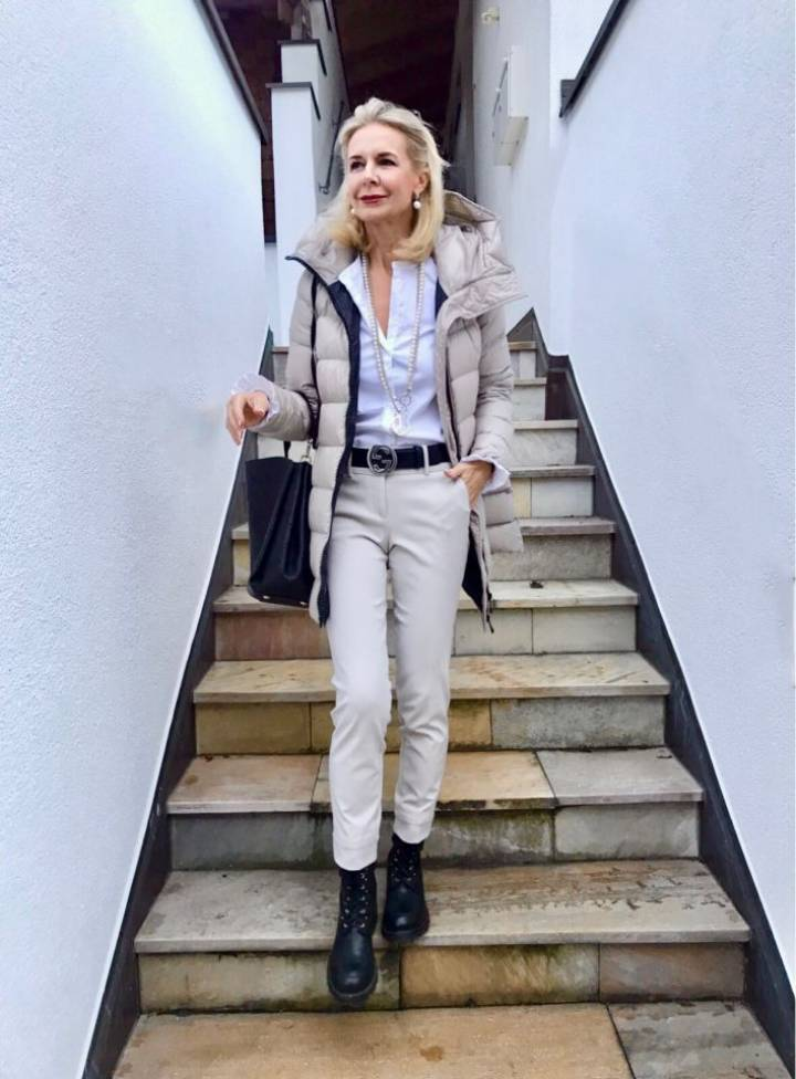 Weiße Blusen verliebt, die Bloggerin Bibi Horst zeigt uns viele tolle Looks mit ihren weißen Blusen, die für sie elementaren die Basics im Kleiderschrank ausmachen.
