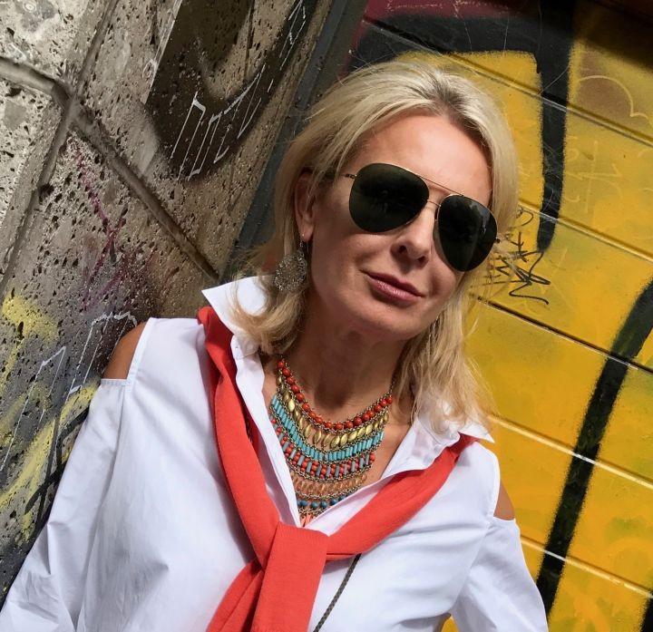 Weiße Blusen verliebt, die Bloggerin Bibi Horst zeigt uns viele tolle Looks mit ihren weißen Blusen, die für sie die elementaren Basics im Kleiderschrank ausmachen.