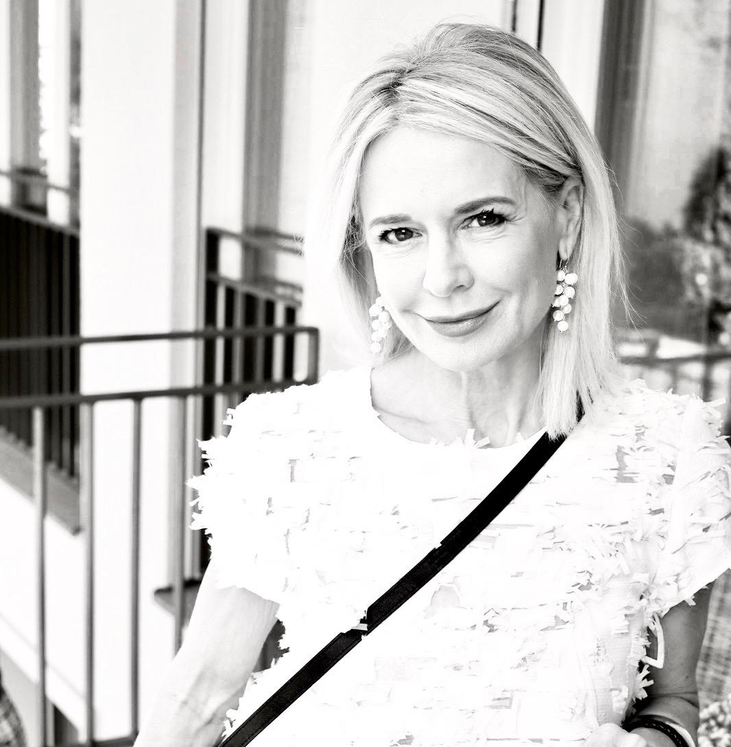 Bibi Horst ist Herausgeberin des Online Magazins Schokoladenjahre 45+ und Stilexpertin in Sachen Mode & Styling und Anti-Aging & Vitality.