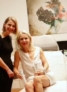 Attiva gegen alternde Knie, Bibi Horst hatsich bei einer Spezialistin aus München einer Behandlung unterzogen. Jetzt berichtet sie über die Ergebnisse.